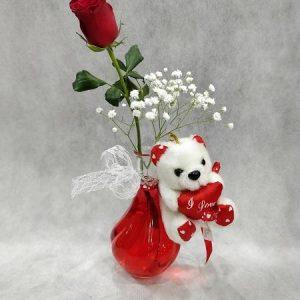 Μονό βάζο με τριαντάφυλλο και αρκουδάκι