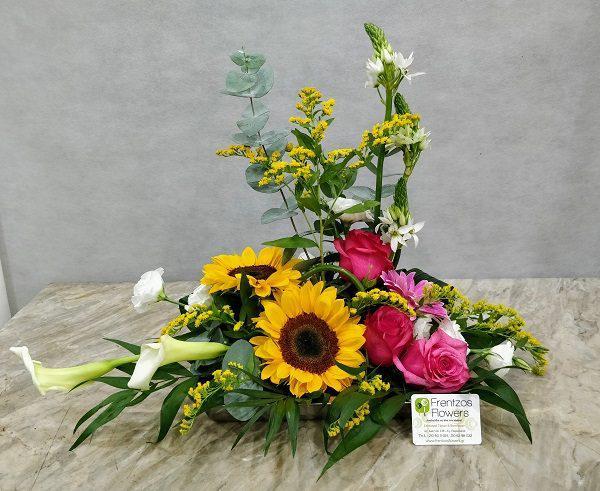 Σύνθεση με διάφορα όμορφα άνθη και πρασινάδα