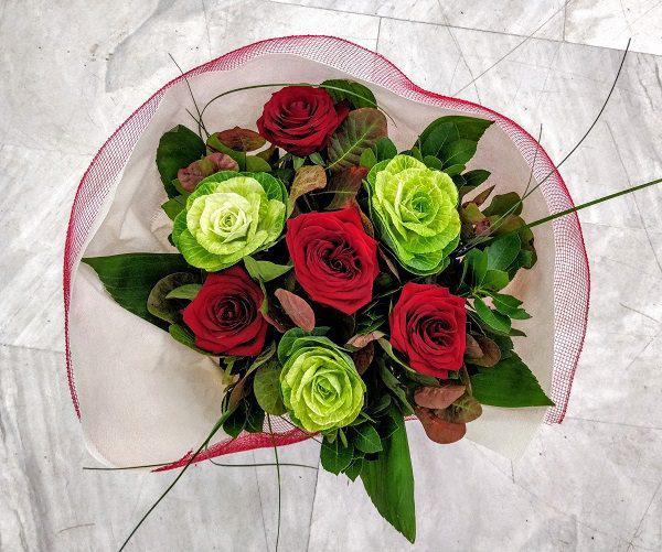 Μπουκέτο με λουλούδια, μπράτσικα και τριαντάφυλλα