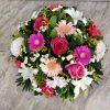 Σύνθεση με διάφορα όμορφα άνθη σε ροζ και κόκκινο χρώμα