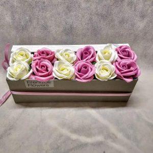 In A Box – Ντουζίνα με Σάπιο Μήλο και Λευκά Τριαντάφυλλα